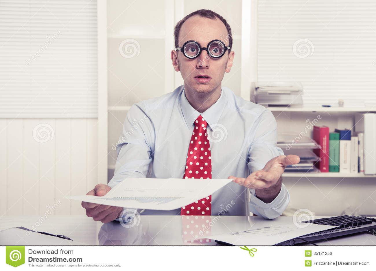 Homme d affaires - publicité persuasive ou embarrassé remettant l effort sur- de papier