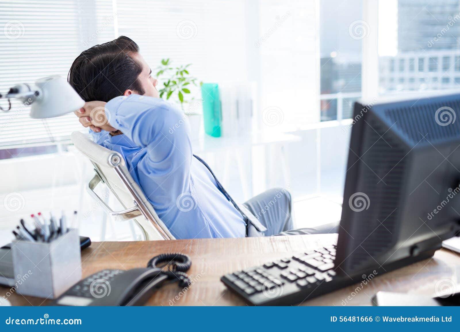 Homme d affaires réfléchi au bureau