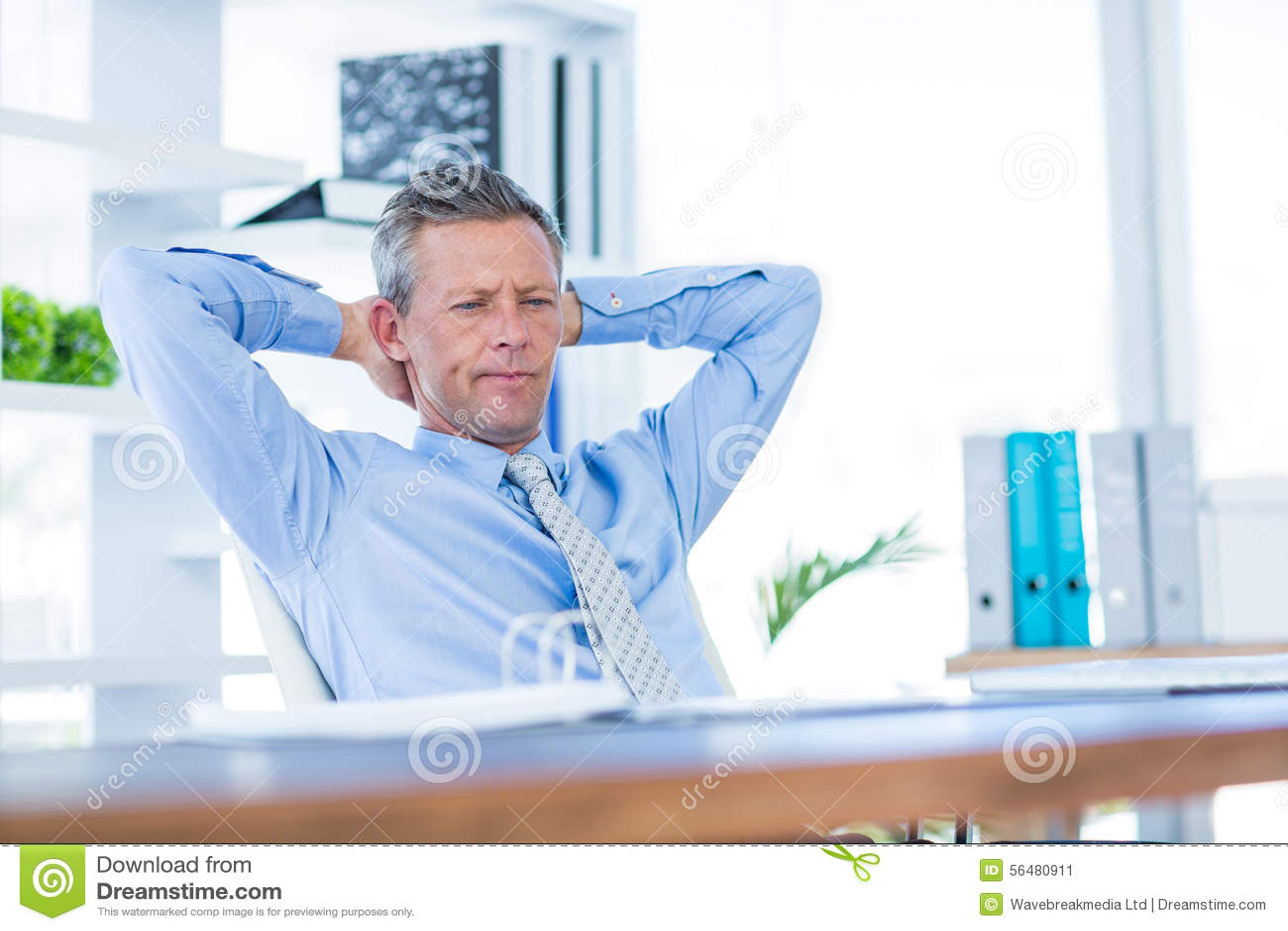 Homme d affaires réfléchi détendant dans la chaise pivotante