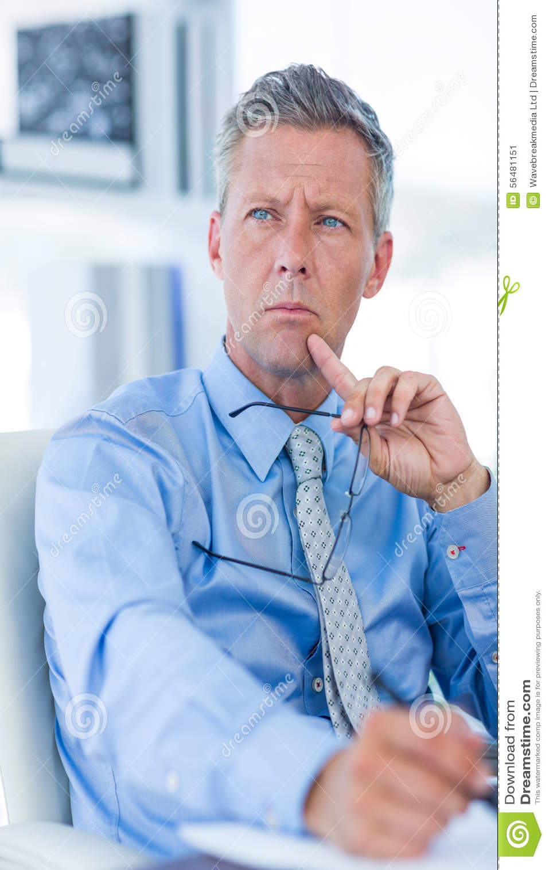 Homme d affaires réfléchi regardant loin
