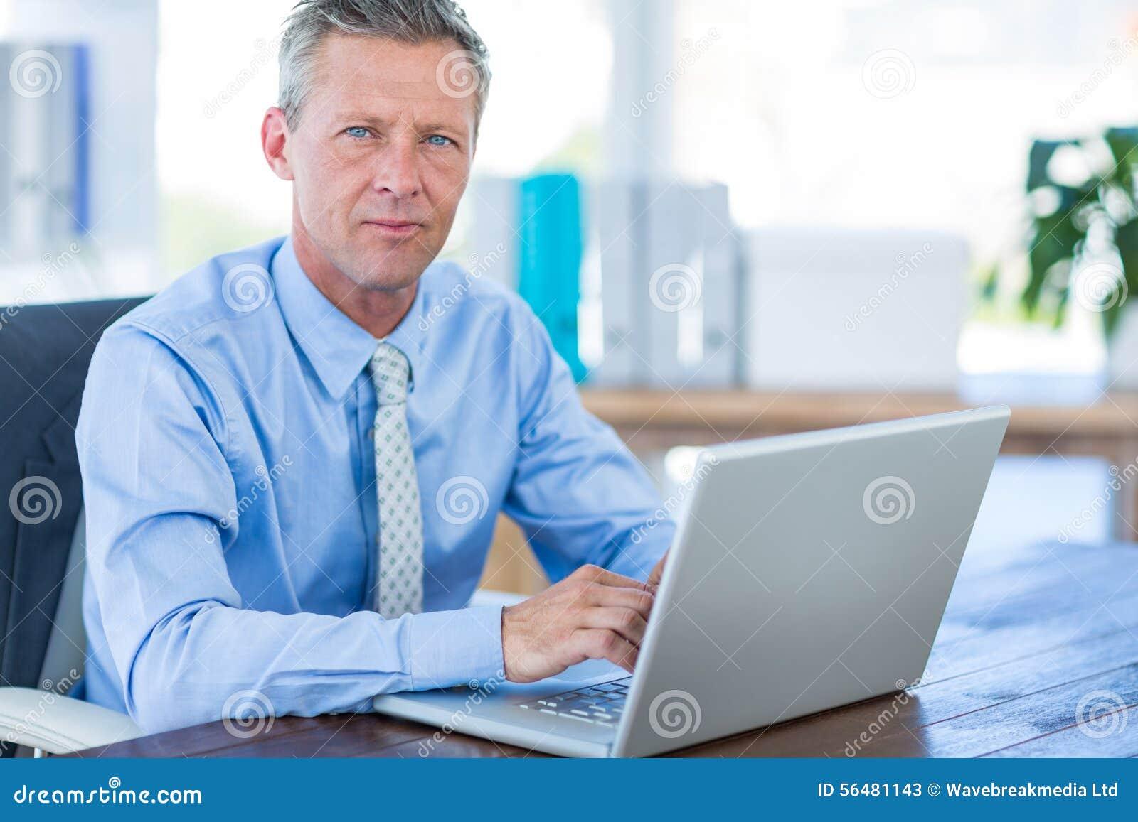 Homme d affaires réfléchi utilisant l ordinateur portable