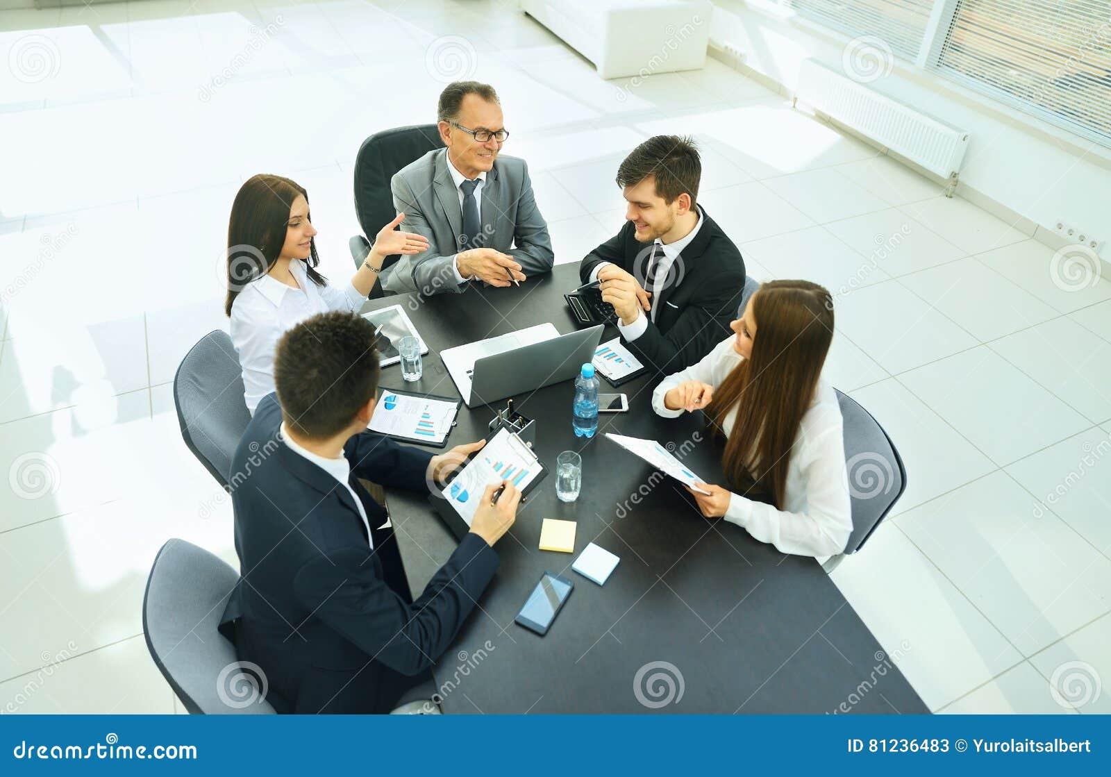 Homme d affaires réussi et sa réunion d équipe d affaires