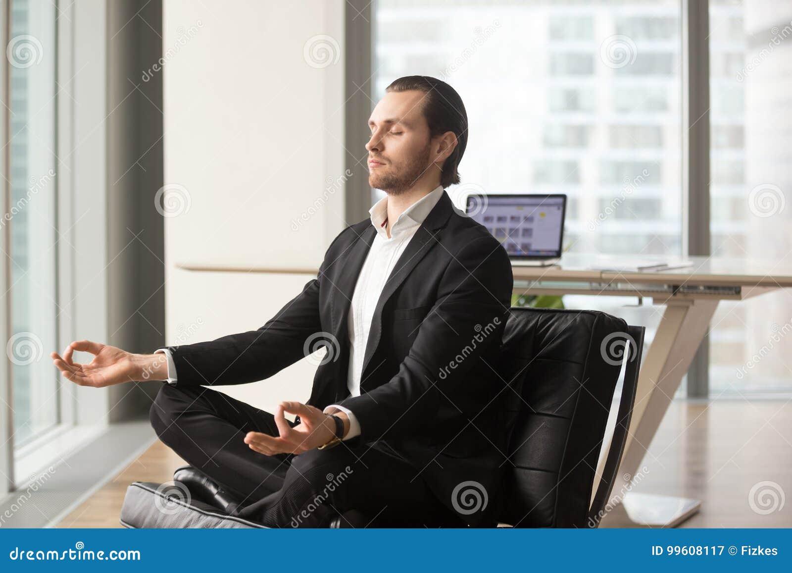Homme daffaires réussi méditant sur le lieu de travail dans le