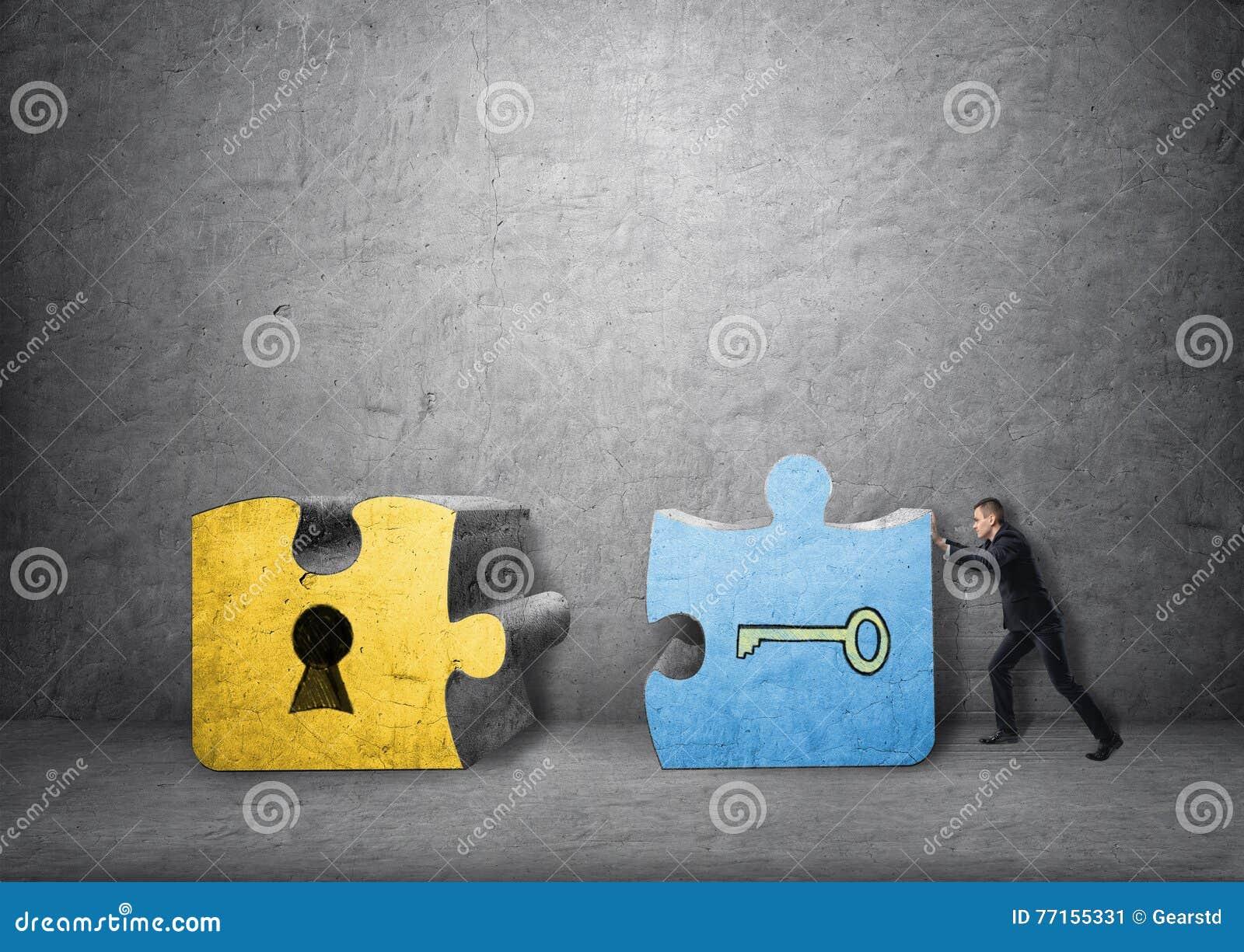 Homme d affaires rassemblant des morceaux de clé et de trou de la serrure de puzzle denteux