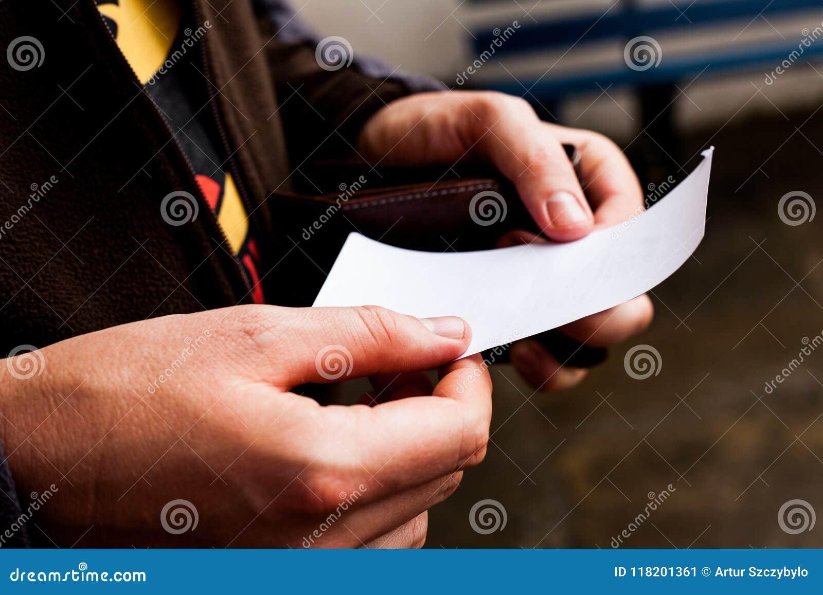 Homme d affaires regardant à un papier vide Le livre blanc vide équipe dedans des mains Feuille de papier se tenante masculine L