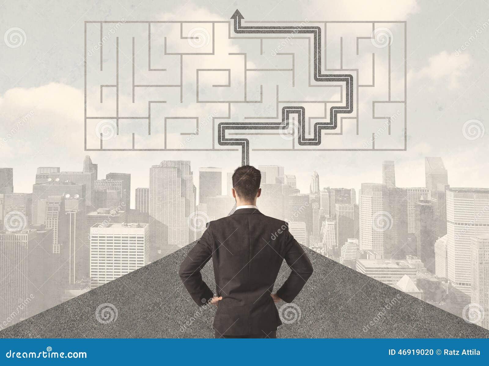 Homme d affaires regardant la route avec le labyrinthe et la solution