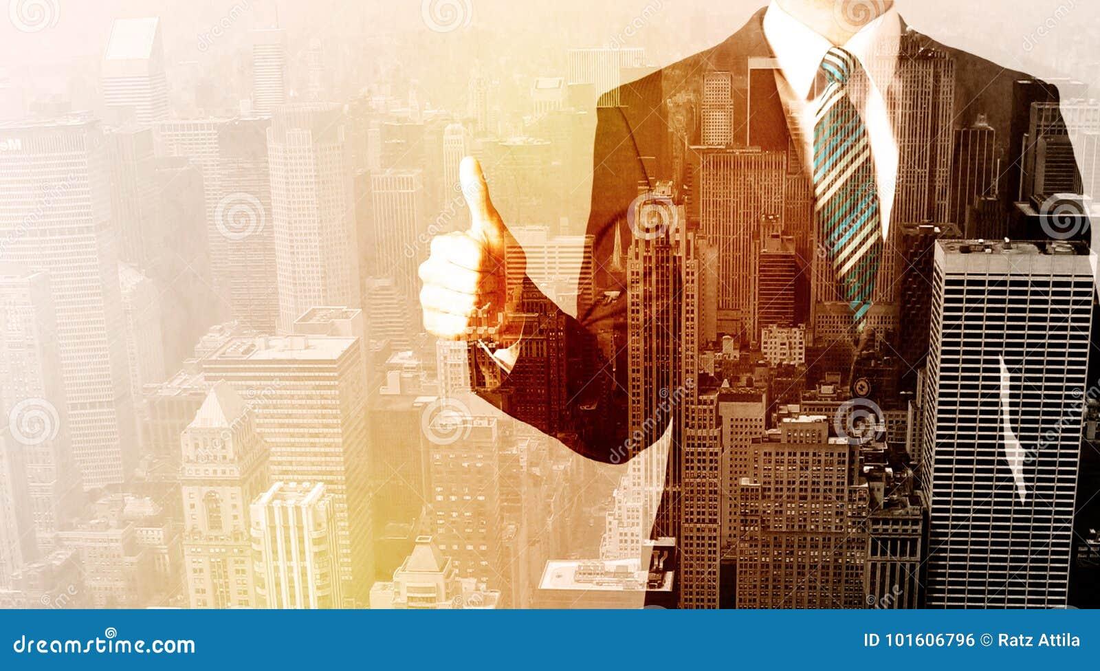 Homme d affaires regardant le fond de ville de recouvrement