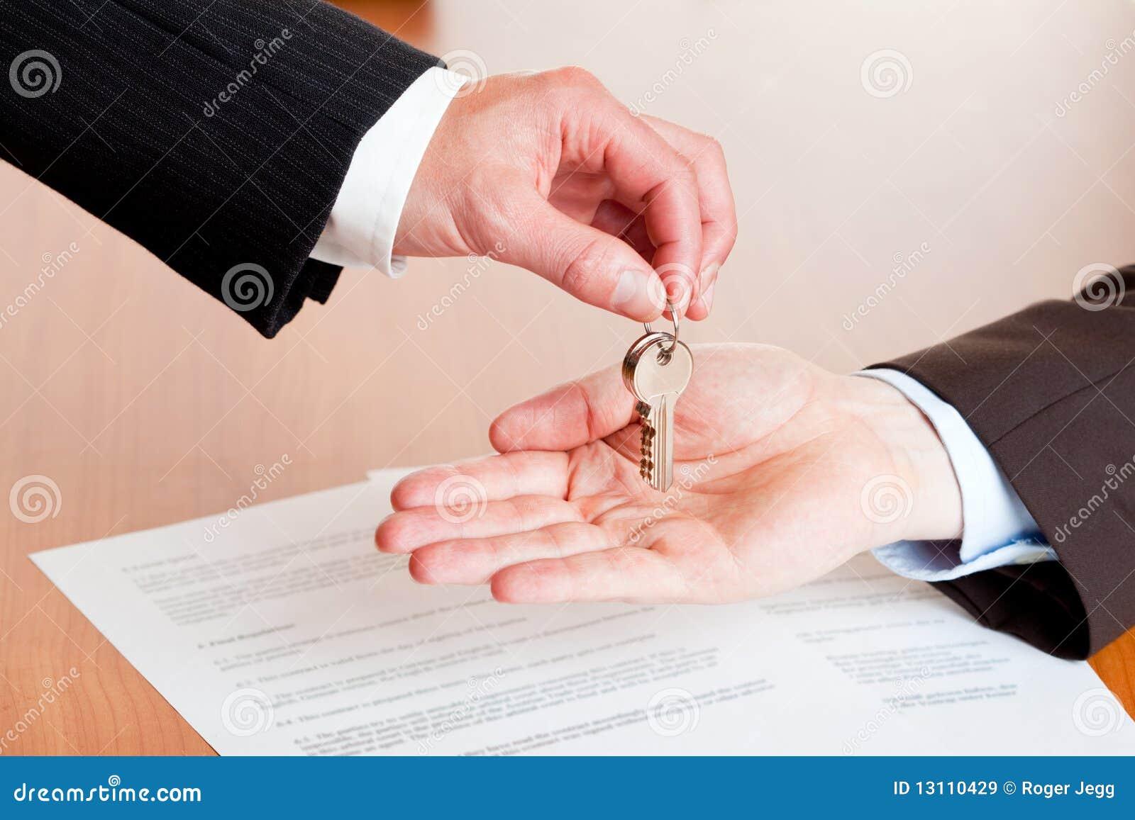 Homme d affaires remettant des clés de maison ou de véhicule