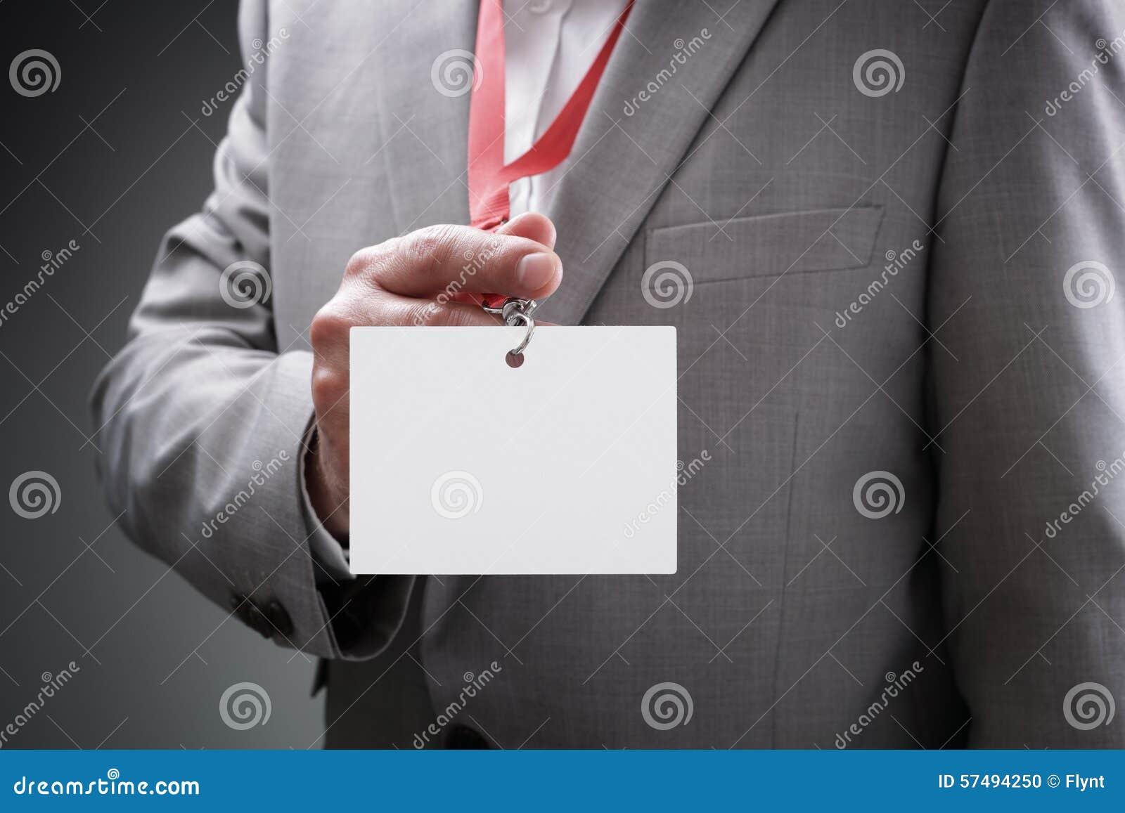 Homme d affaires retenant l insigne blanc d identification