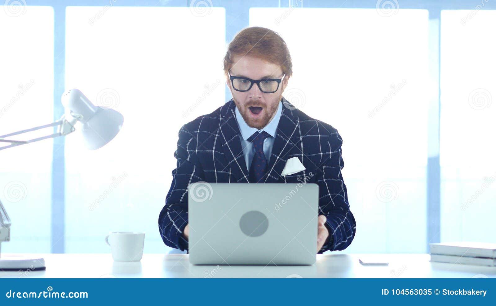Homme d affaires roux Amazed, homme étonné travaillant sur l ordinateur portable