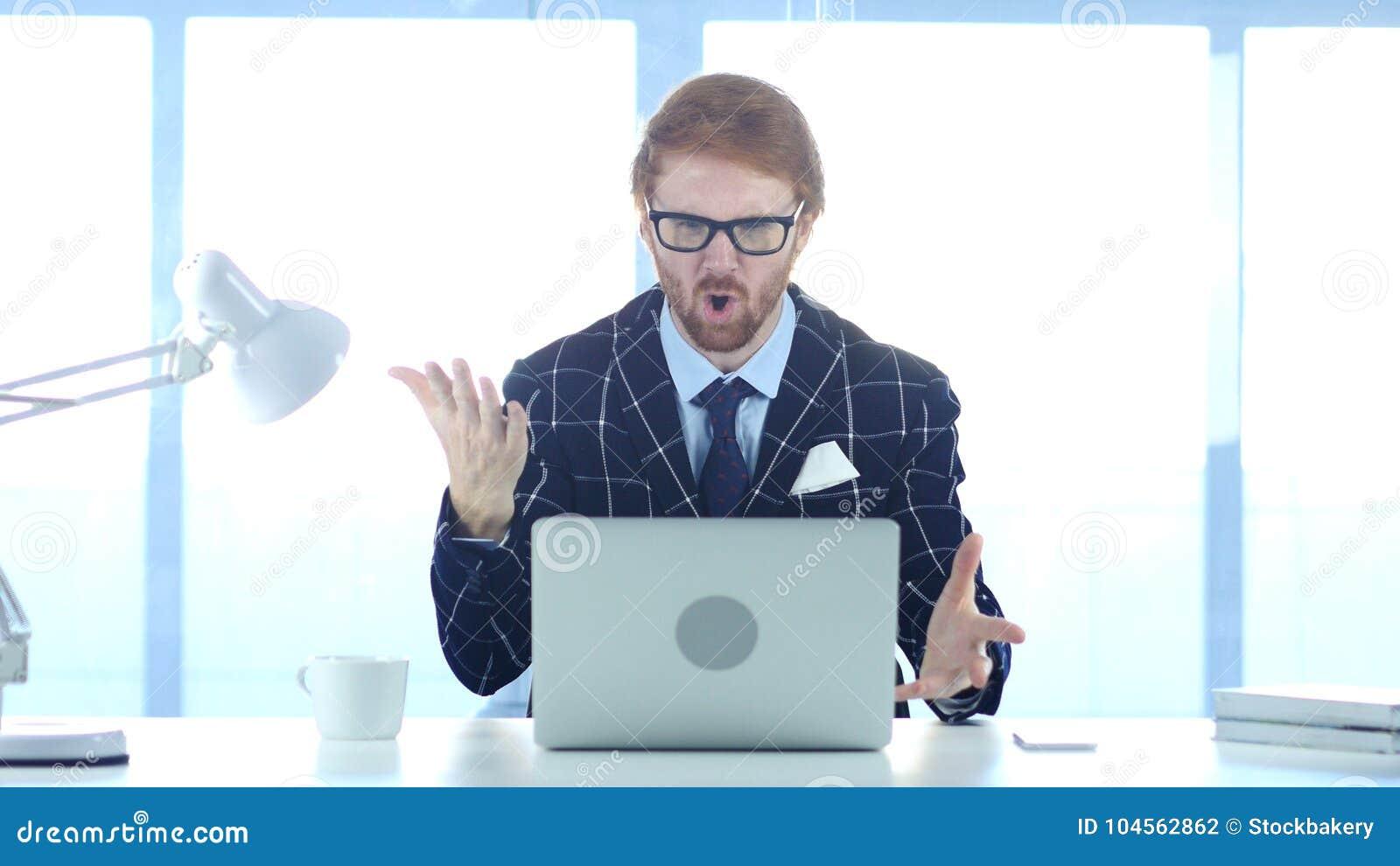 Homme d affaires roux Angry au travail, réagissant à la perte