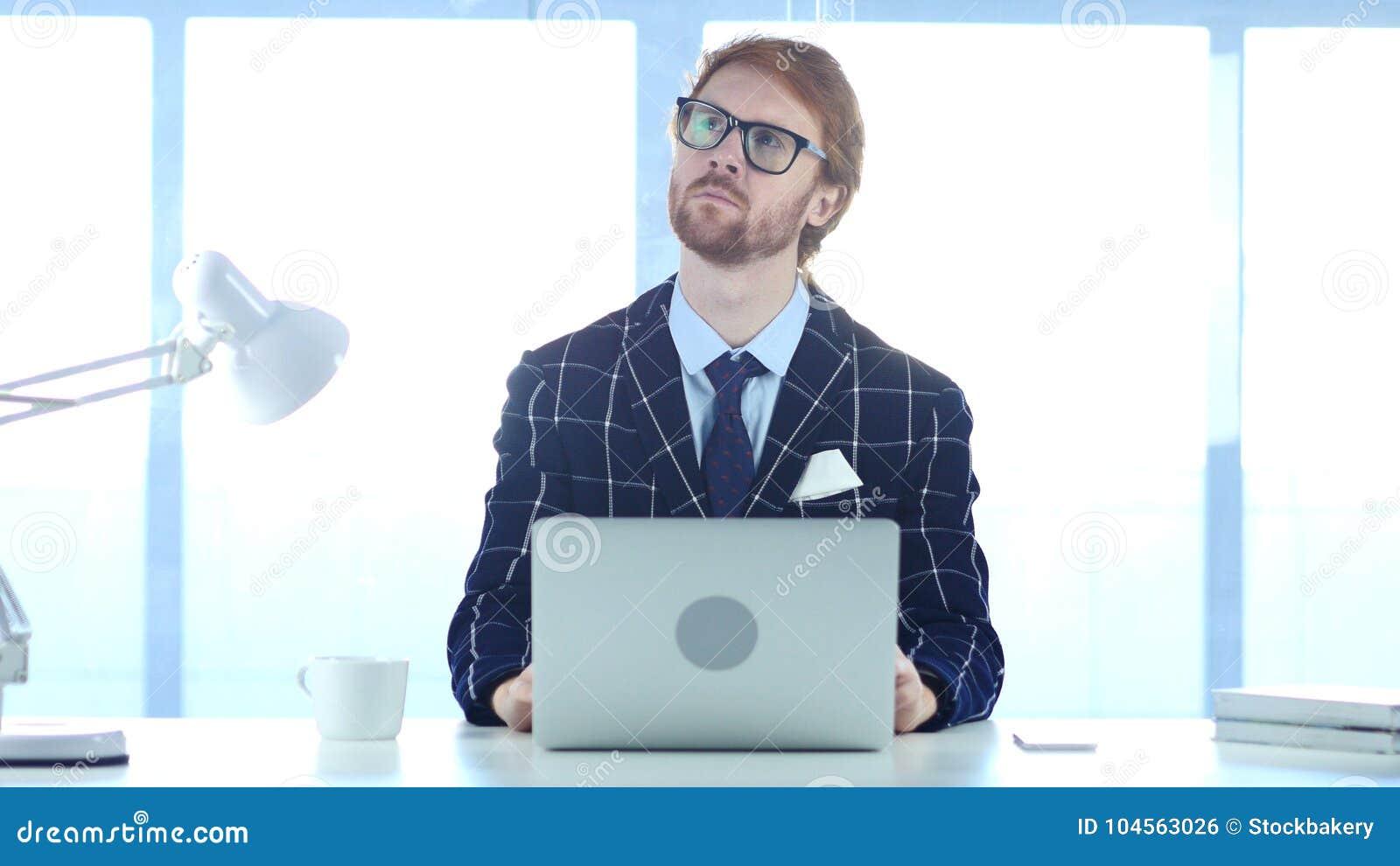 Homme d affaires roux Lost dans les pensées, nouvelle idée de planification