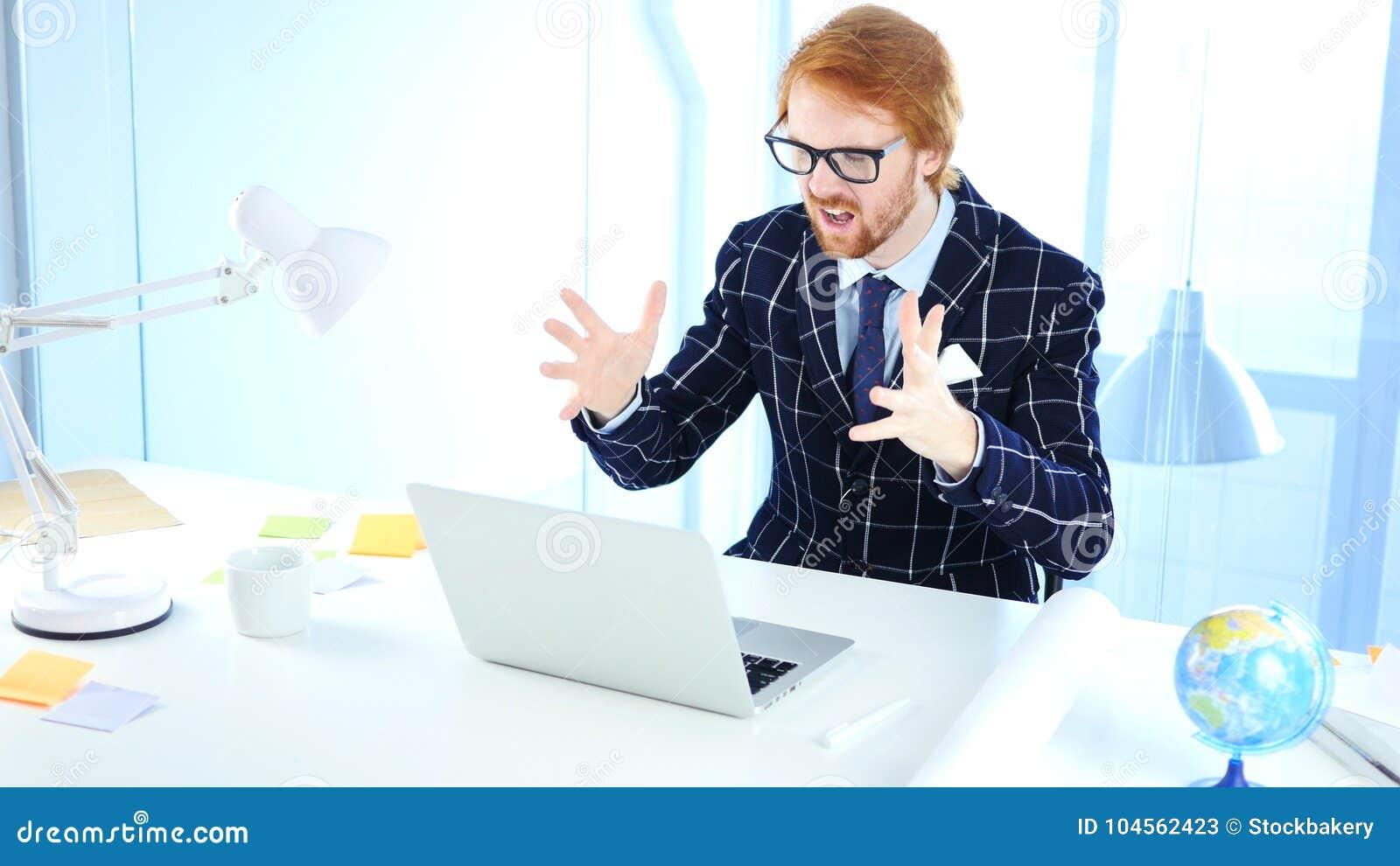 Homme d affaires roux Upset par la perte tout en travaillant sur l ordinateur portable, concepteur créatif
