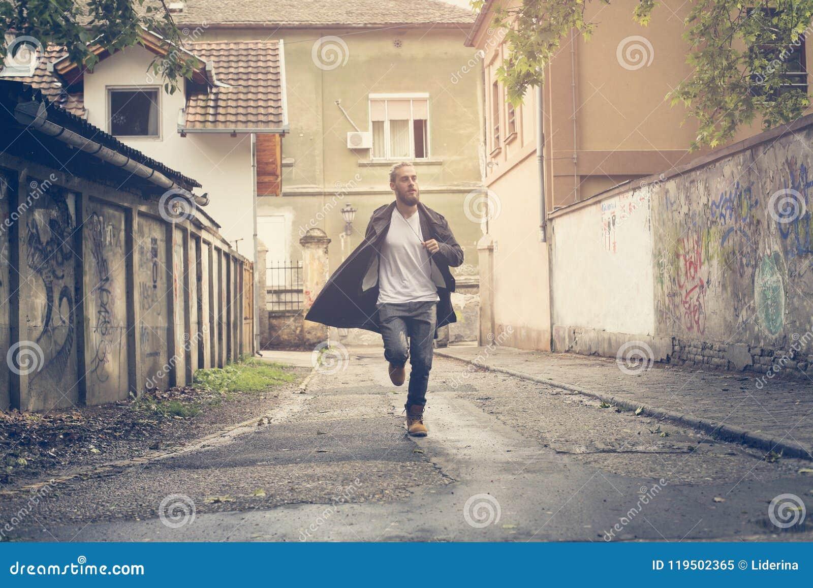 Homme d affaires Running Jeune homme courant dans la rue