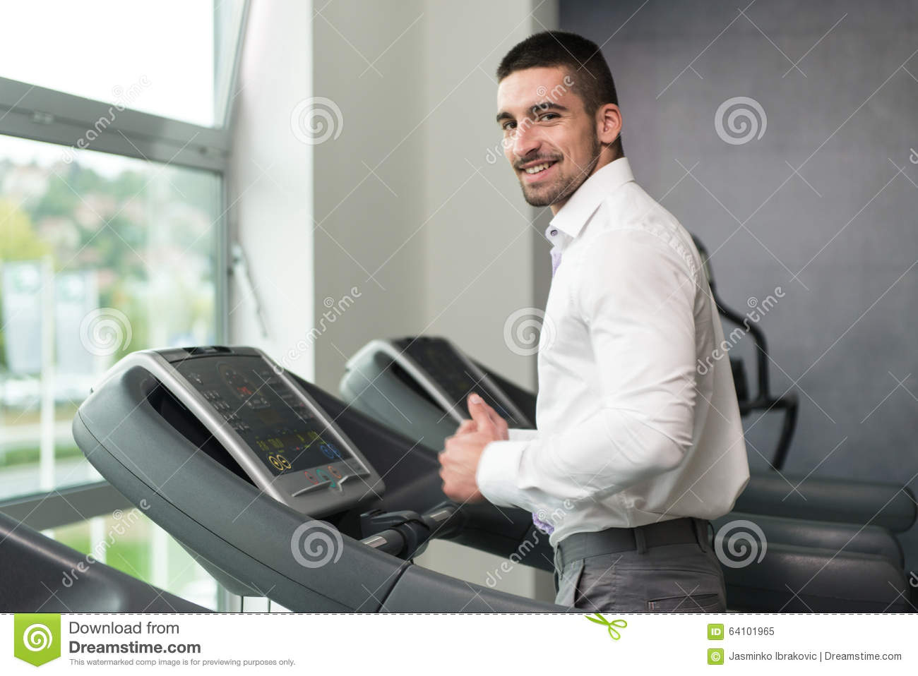 Homme d affaires Running On Treadmill dans le gymnase