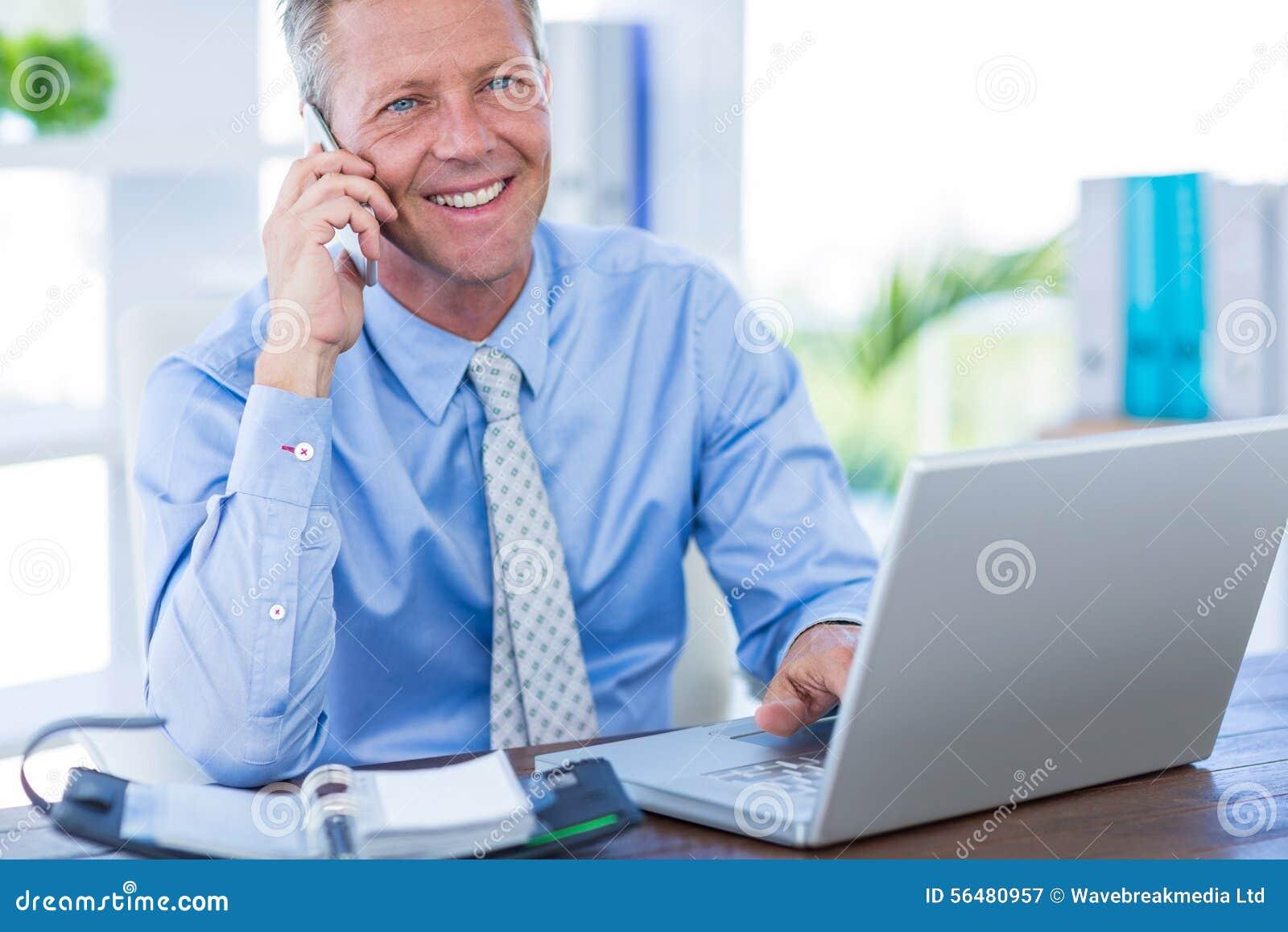 Homme d affaires sérieux ayant l appel téléphonique