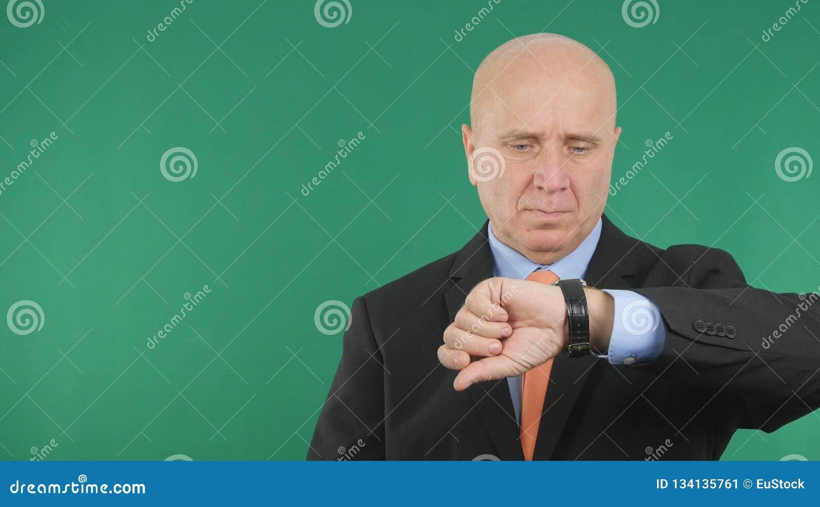 Homme d affaires sérieux Image Checking Time sur sa montre de main