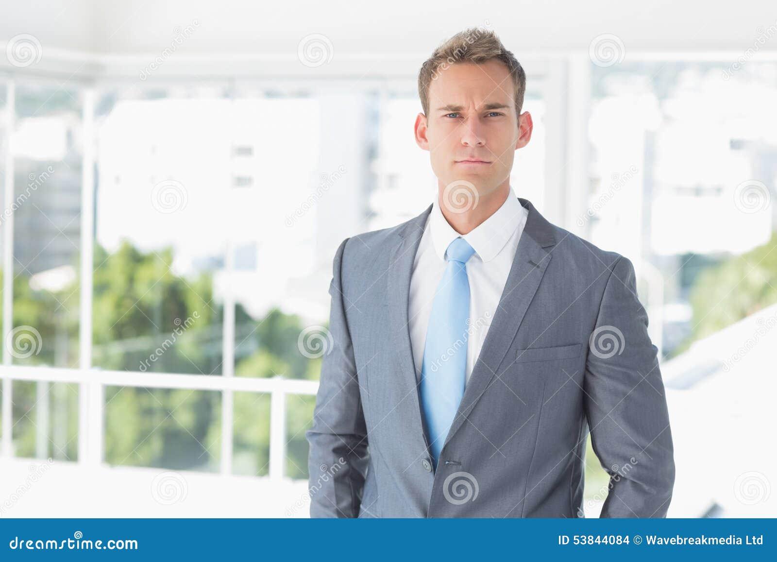 Homme d affaires sérieux regardant l appareil-photo