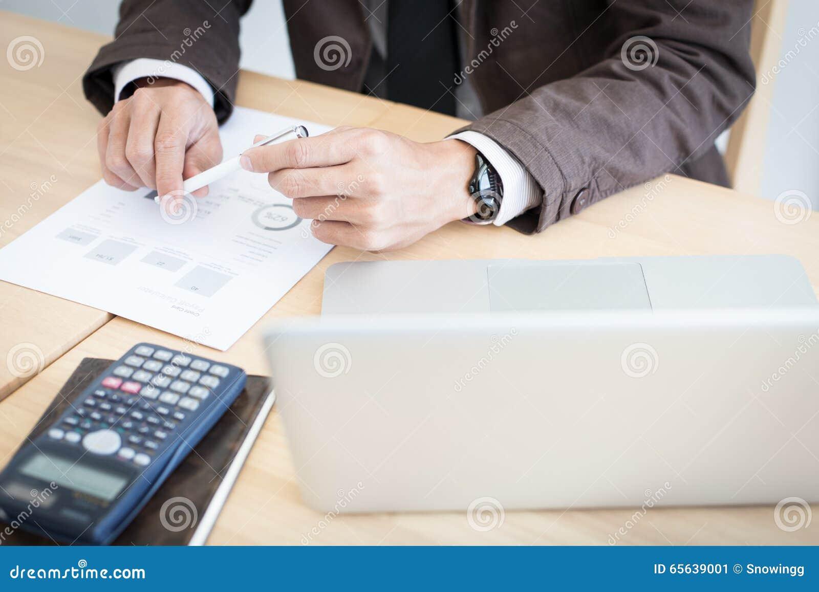 Homme d affaires s asseyant à la table pensant quoi écrire