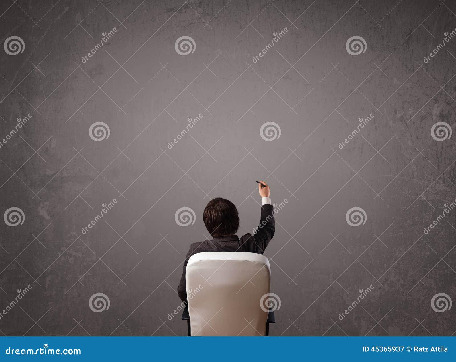 Homme d affaires s asseyant devant un mur avec l espace de copie