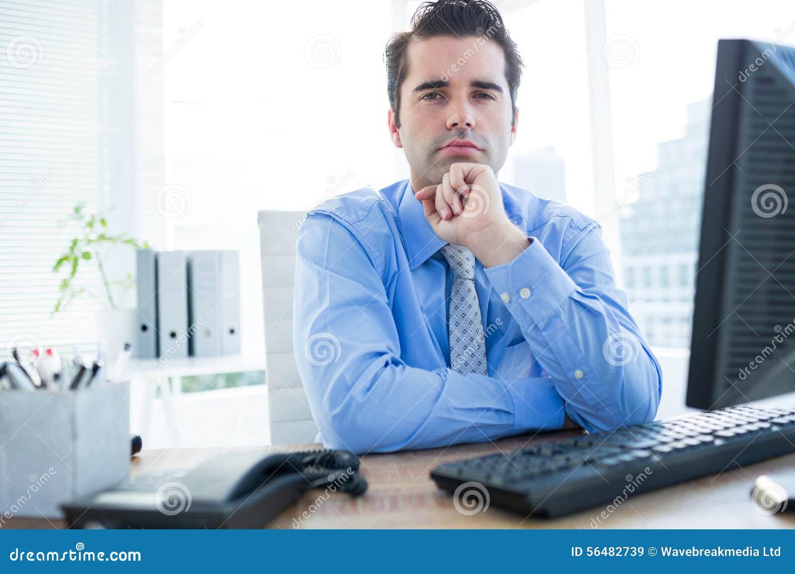 Homme d affaires s asseyant sur une chaise de bureau avec la main sur le menton