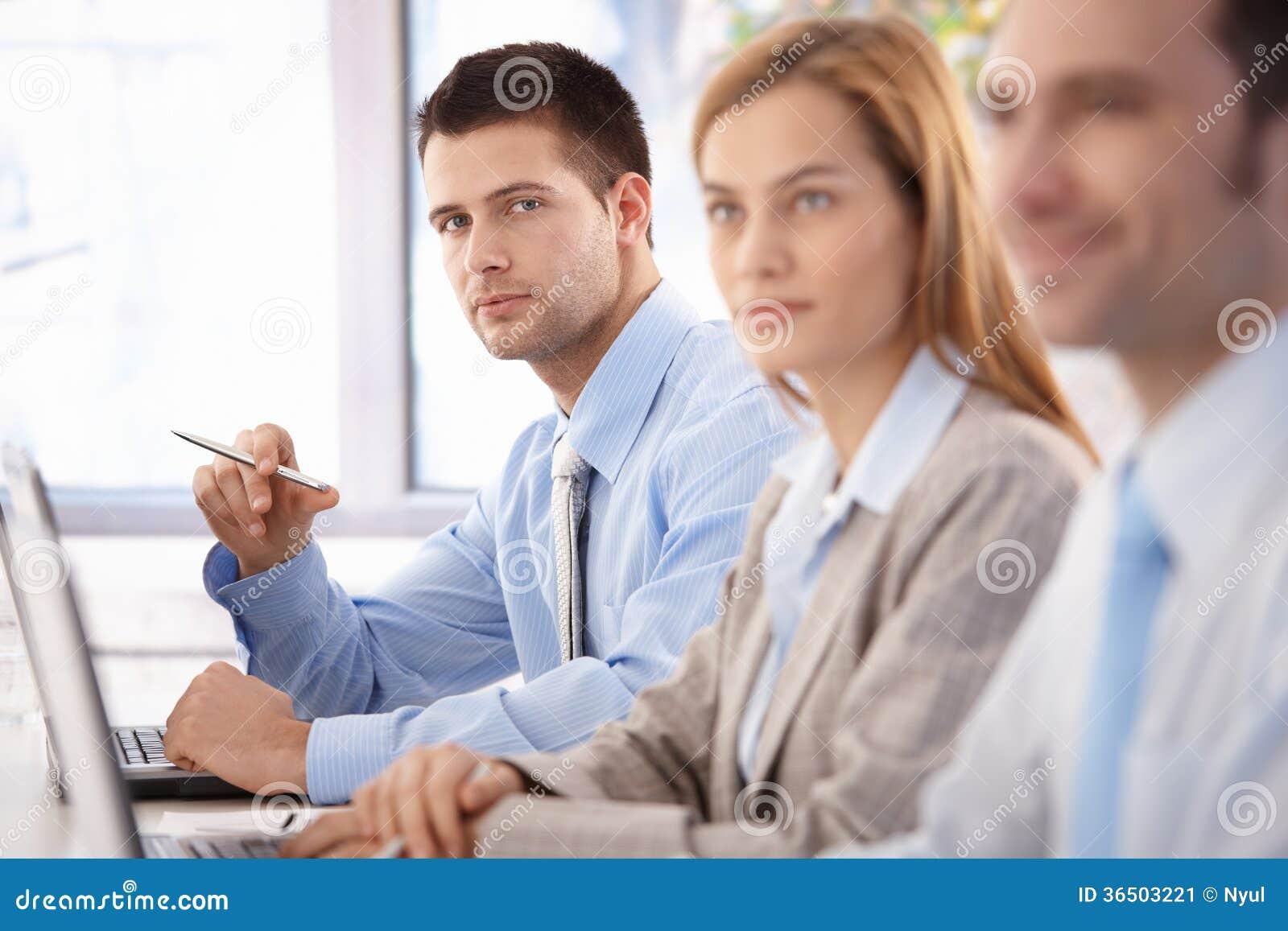 Homme d affaires sûr à la formation d affaires