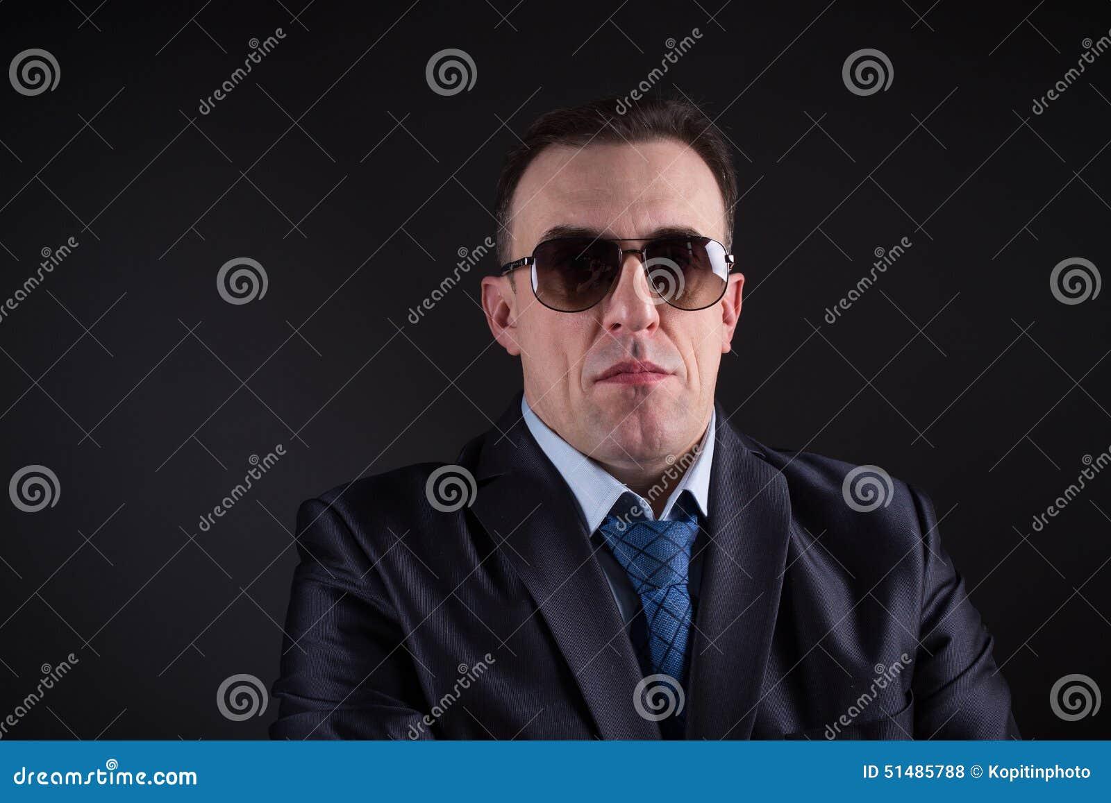 Homme d affaires sûr In Sunglasses