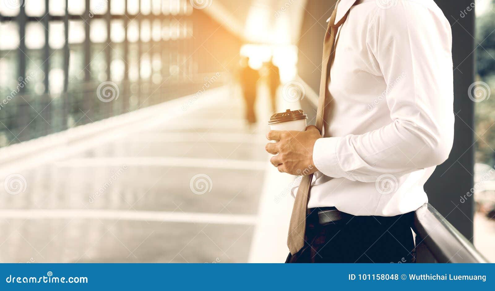 Homme d affaires se tenant à la société de passage couvert de bâtiment avec le conce d espoir