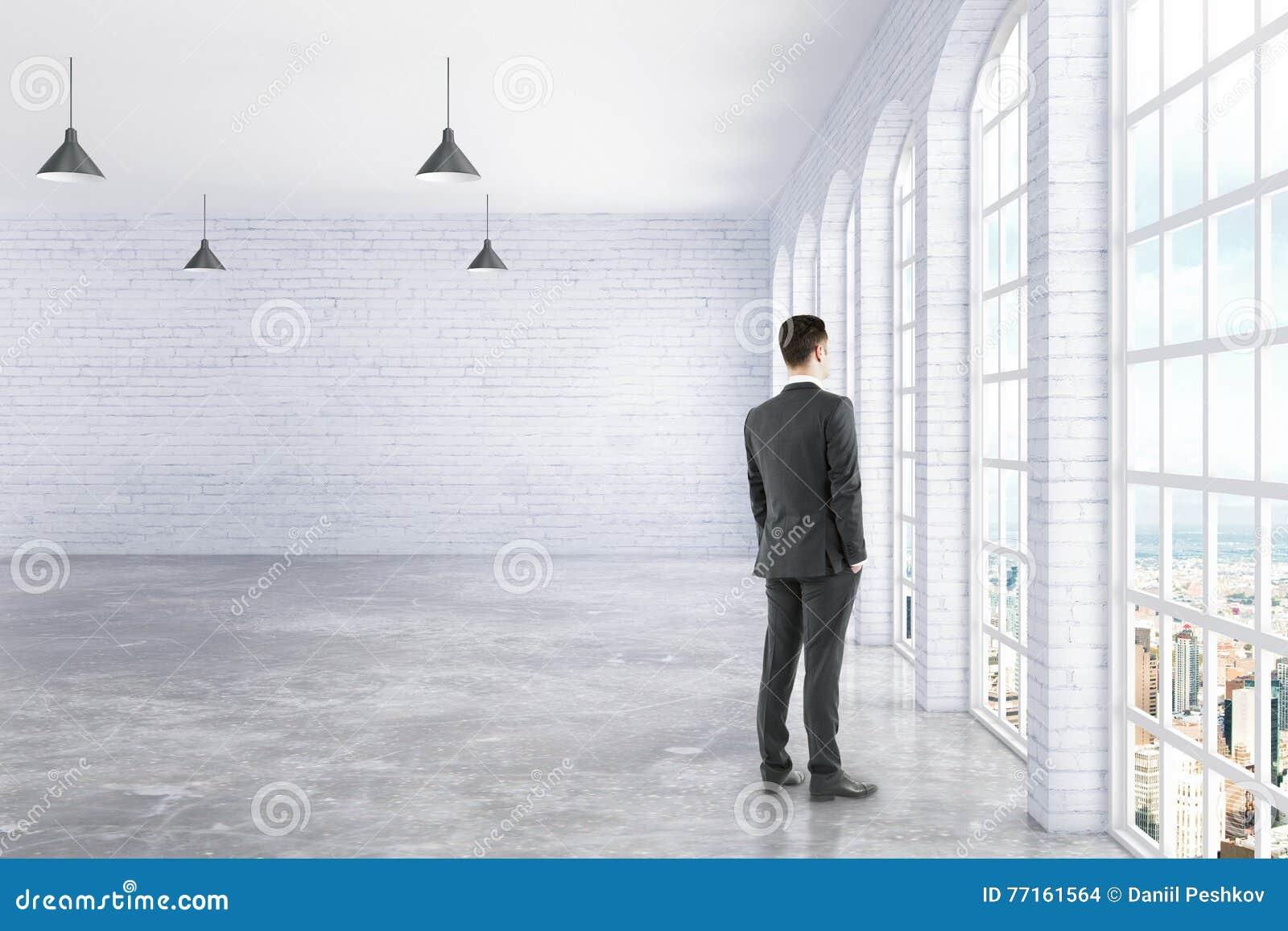 Homme d affaires se tenant dans l intérieur