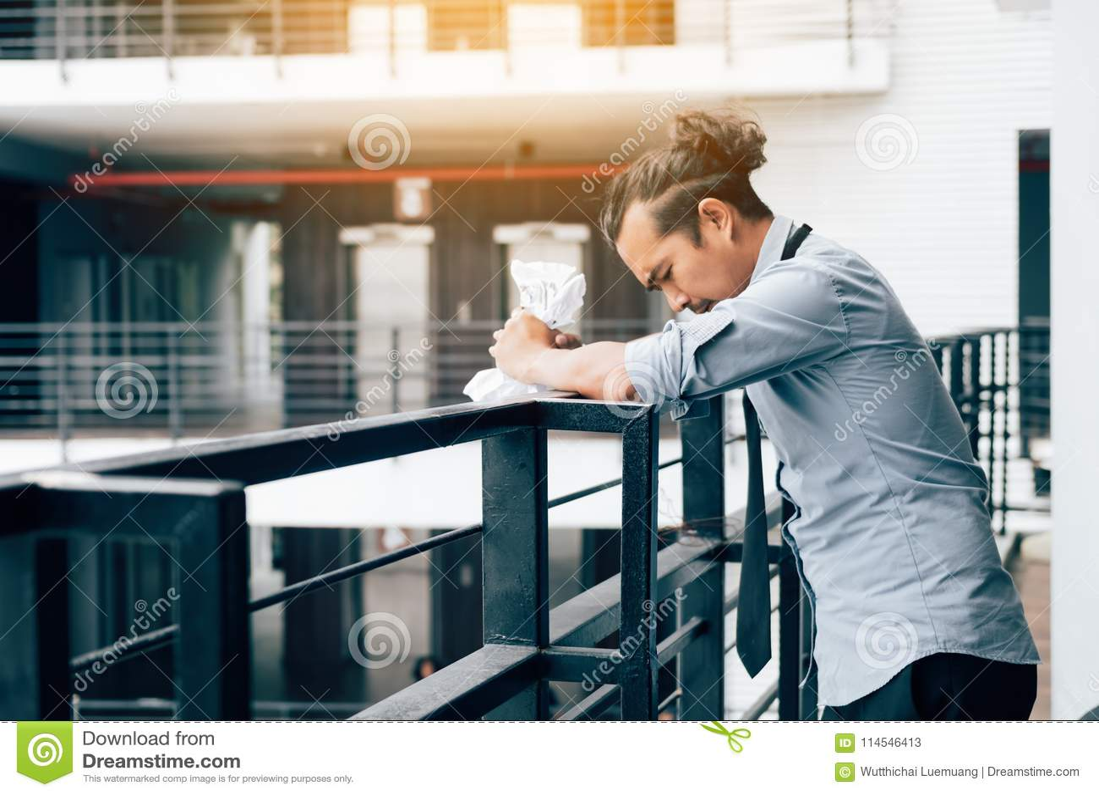 Homme d affaires se tenant sur la pièce de bureau de balcon avec le papier chiffonné