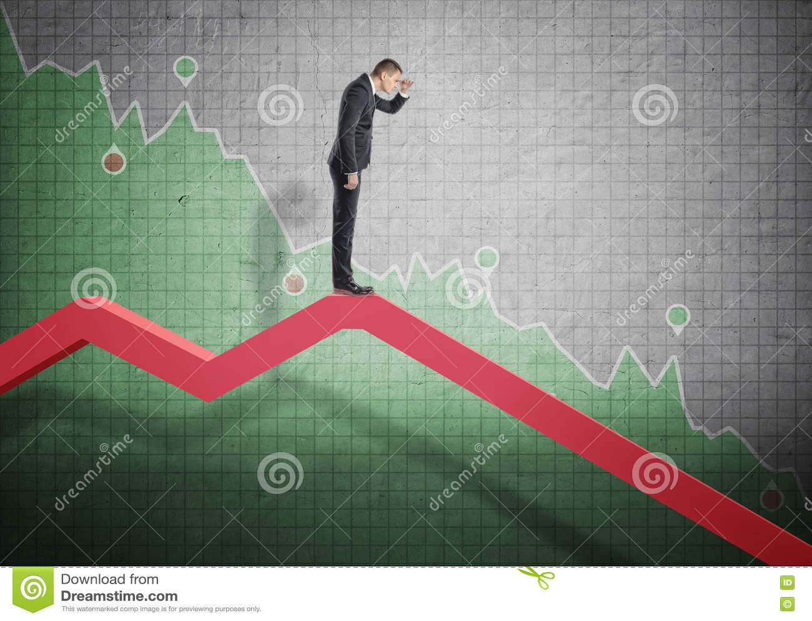 Homme d affaires se tenant sur le diagramme en baisse et scrutant dans l avenir