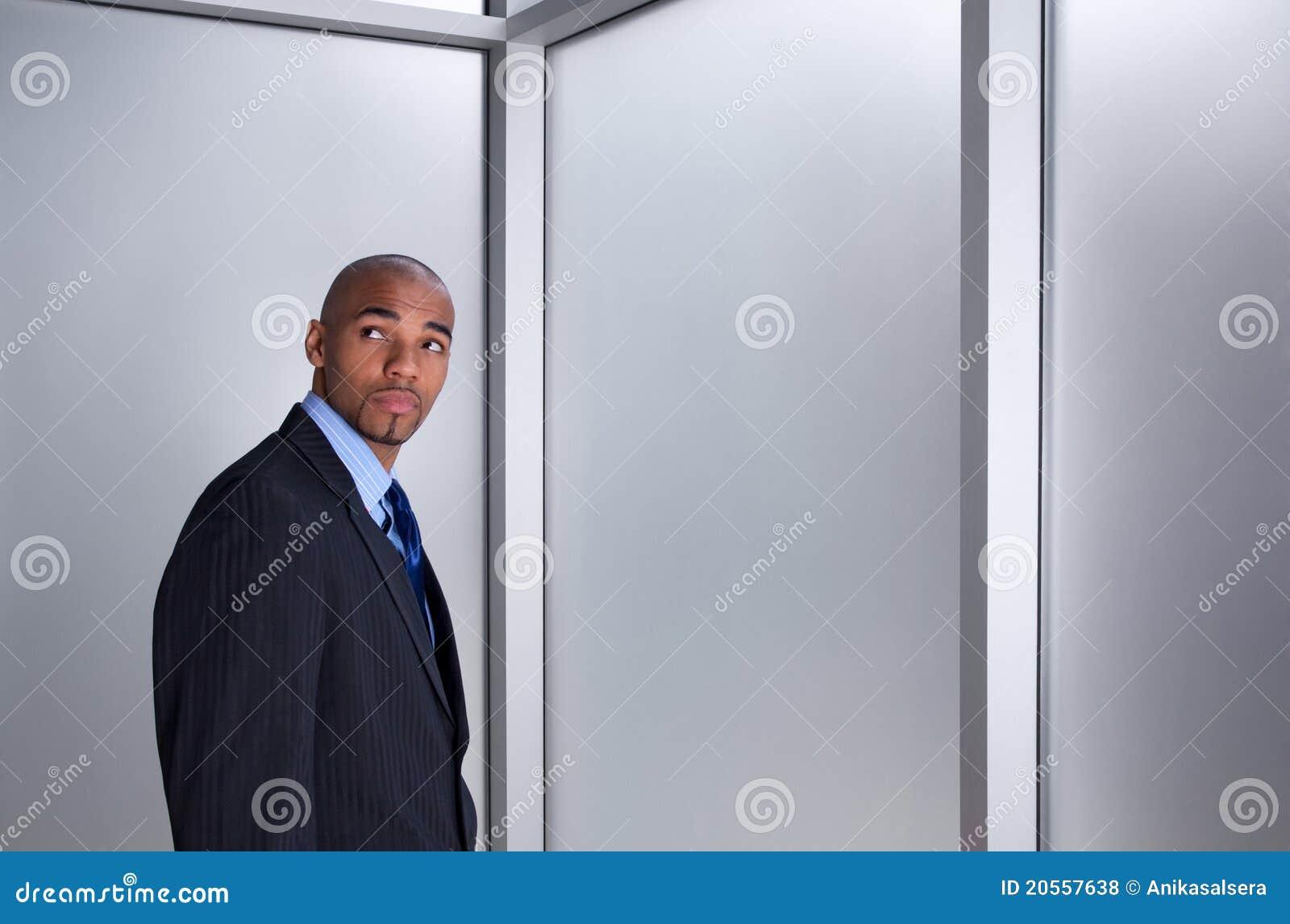 Homme d affaires semblant impatient