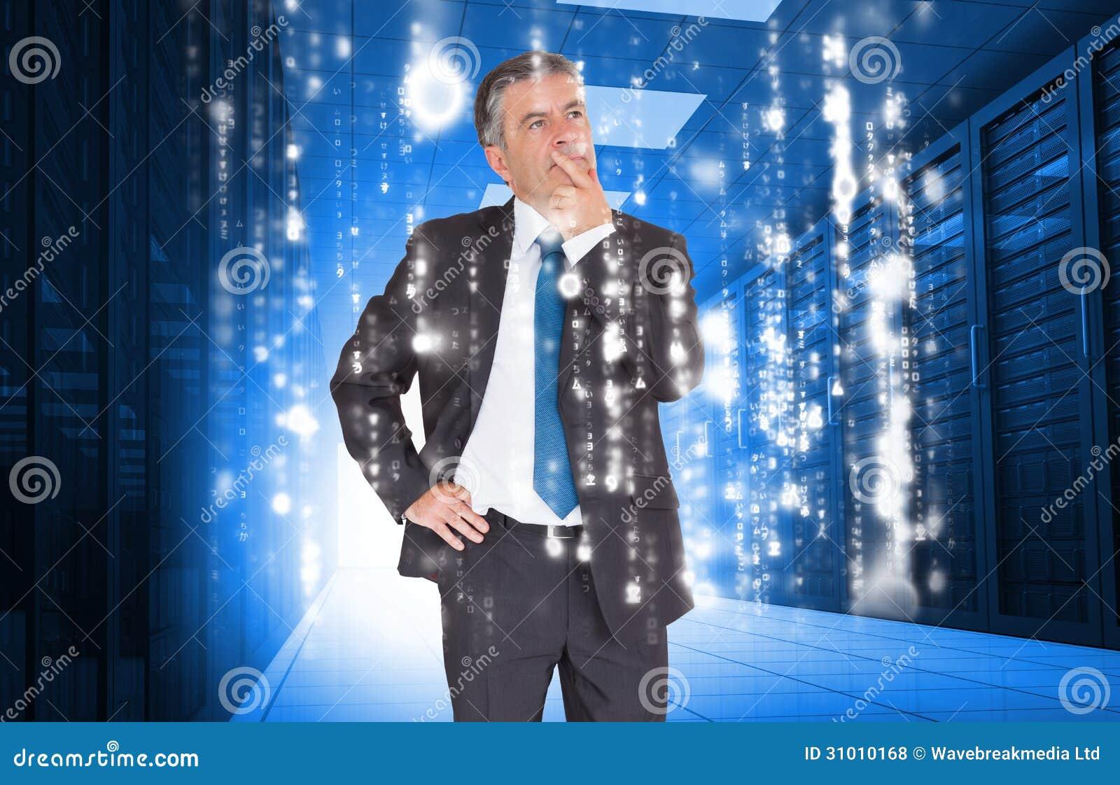 Homme d affaires semblant réfléchi au centre de traitement des données