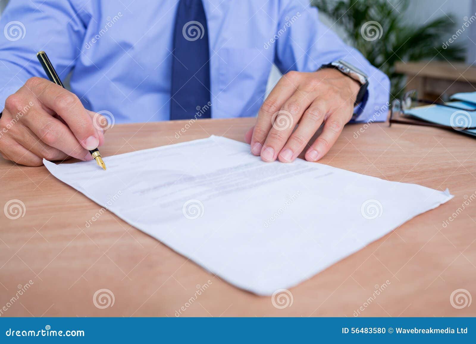 Homme d affaires signant un contrat dans le bureau