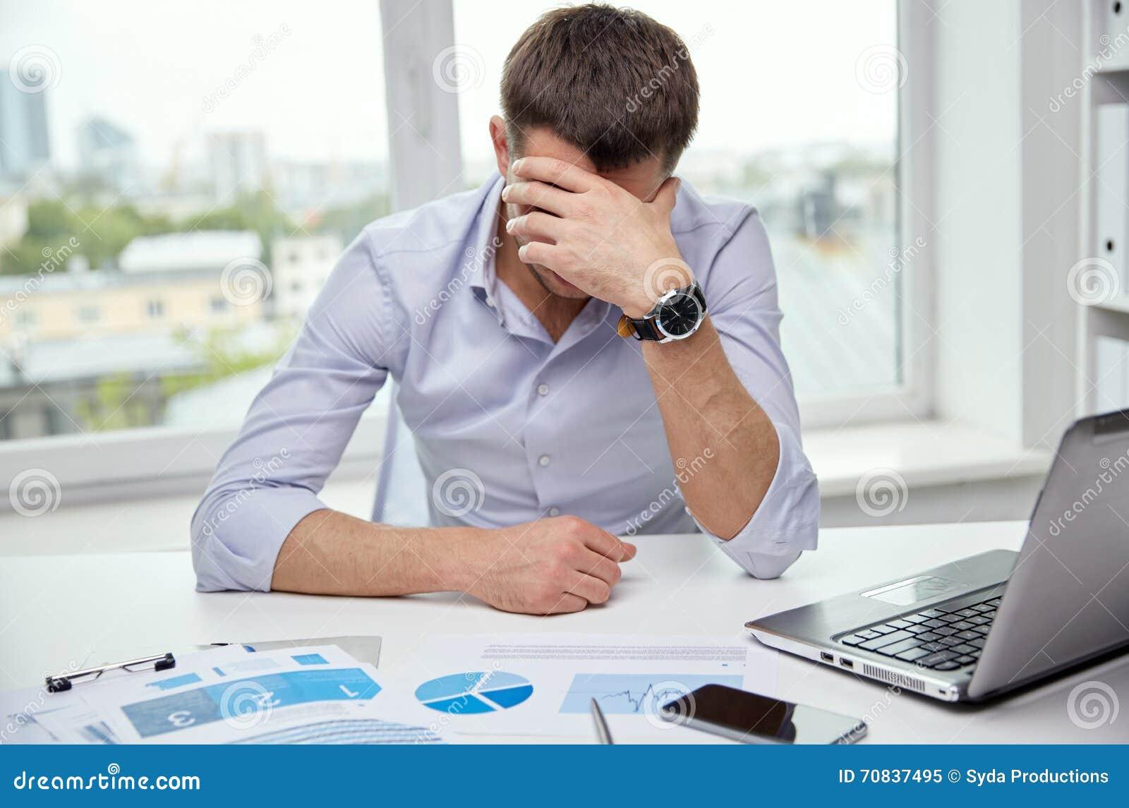 homme d 39 affaires soumis une contrainte avec des papiers dans le bureau photo stock image. Black Bedroom Furniture Sets. Home Design Ideas