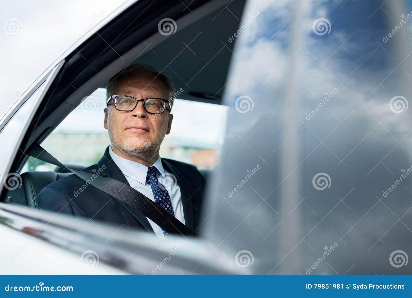 Homme d affaires supérieur conduisant sur le siège arrière de voiture
