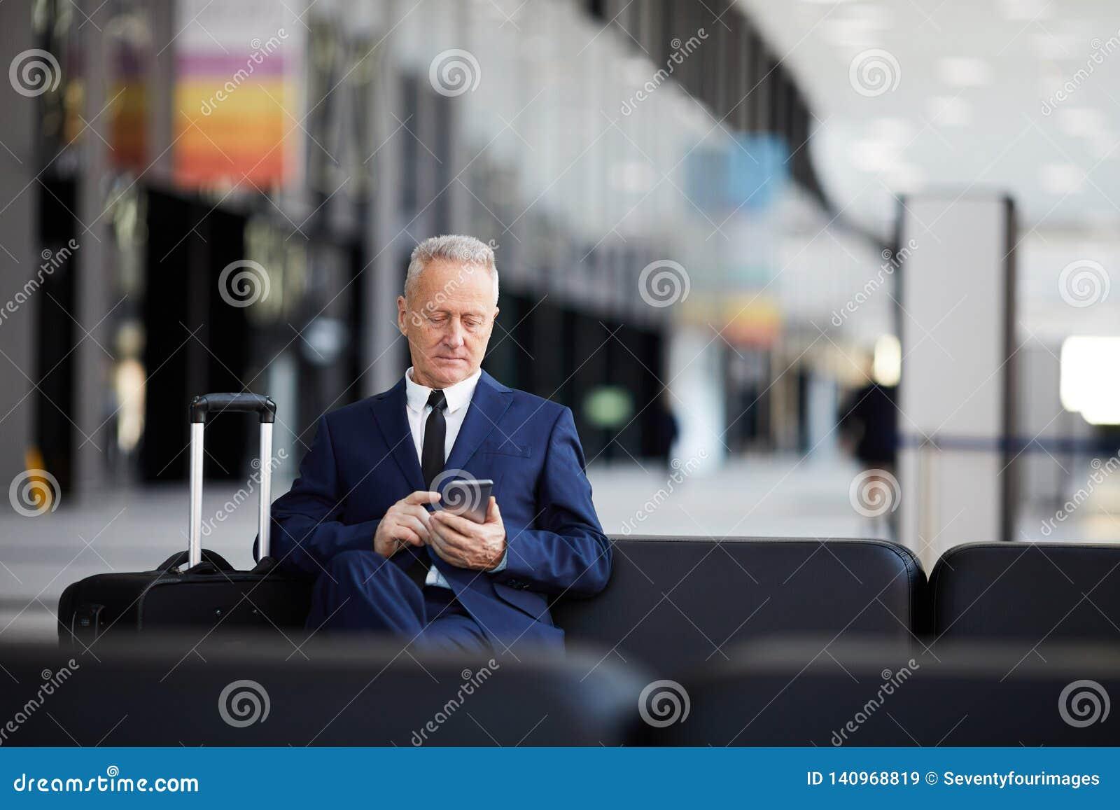 Homme d affaires supérieur dans l aéroport