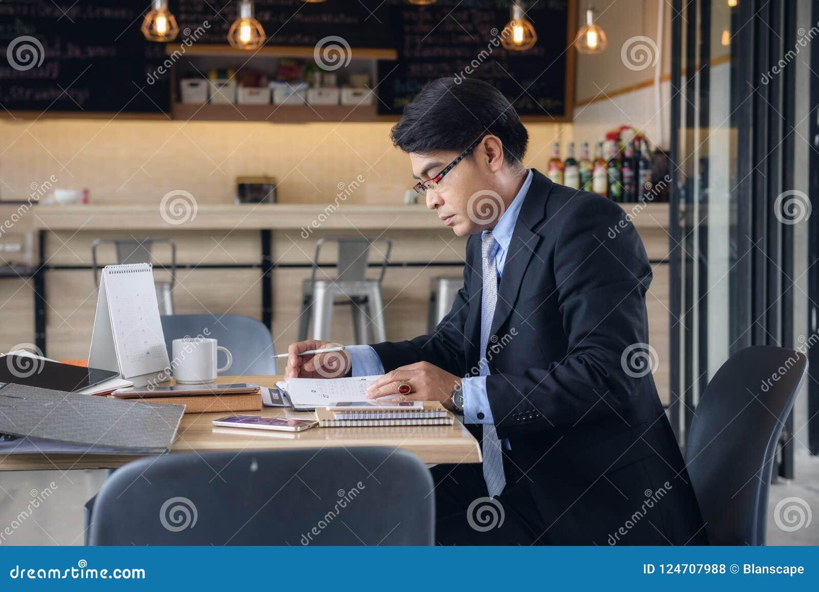Homme d affaires supérieur travaillant au café