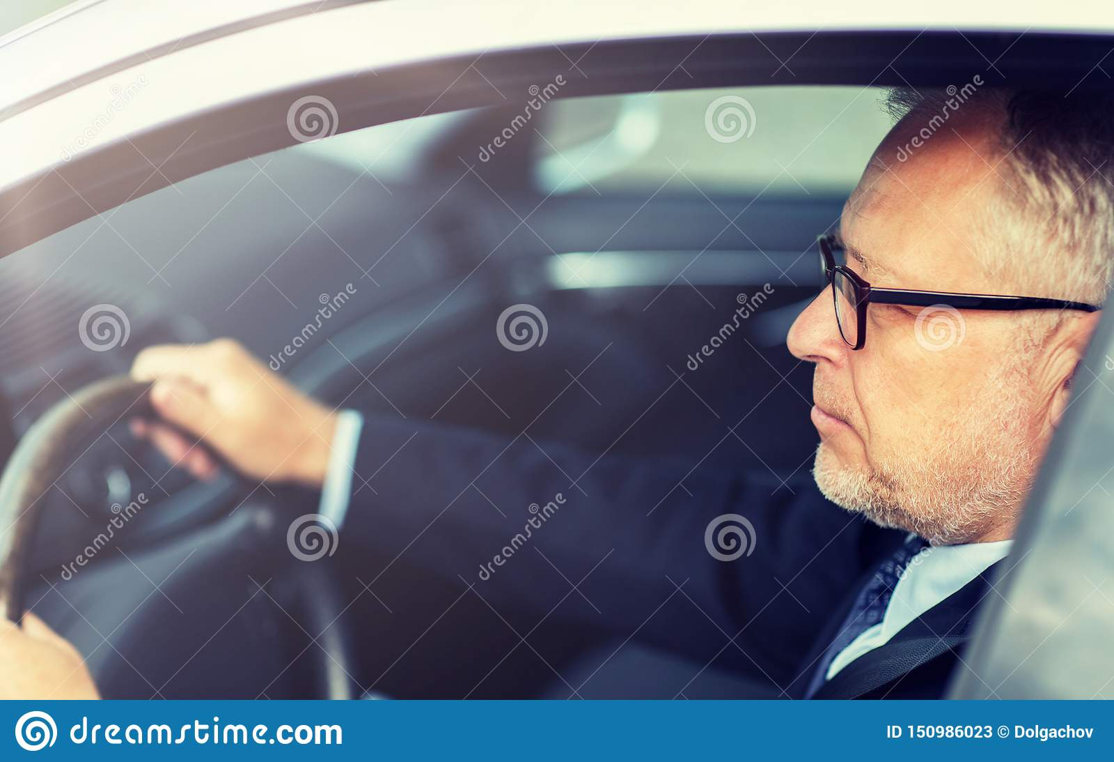Homme d affaires sup?rieur heureux conduisant la voiture