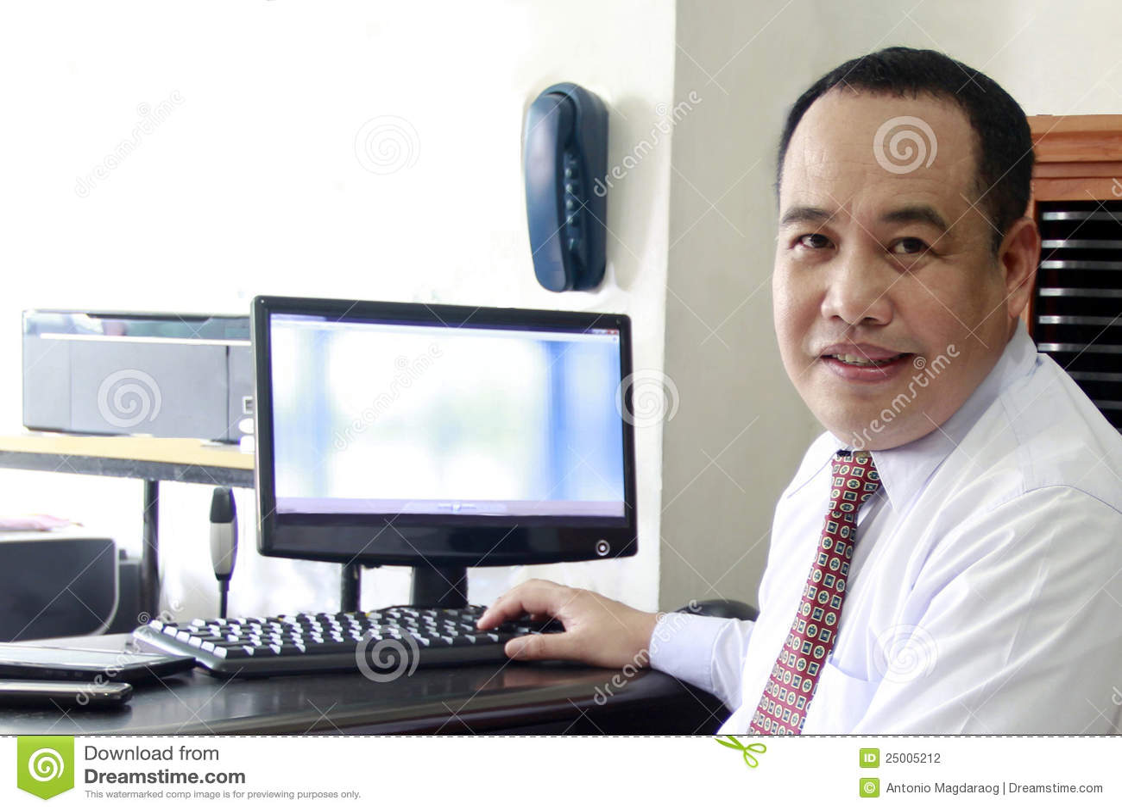 Homme d affaires sur l ordinateur
