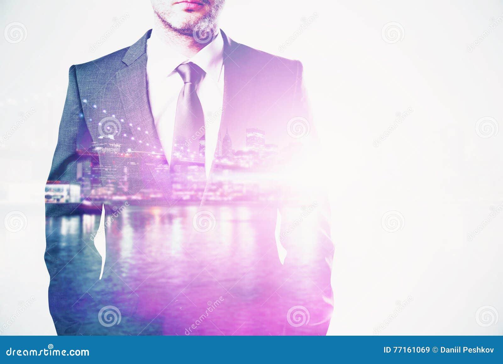 Homme d affaires sur le multiexposure de fond de ville