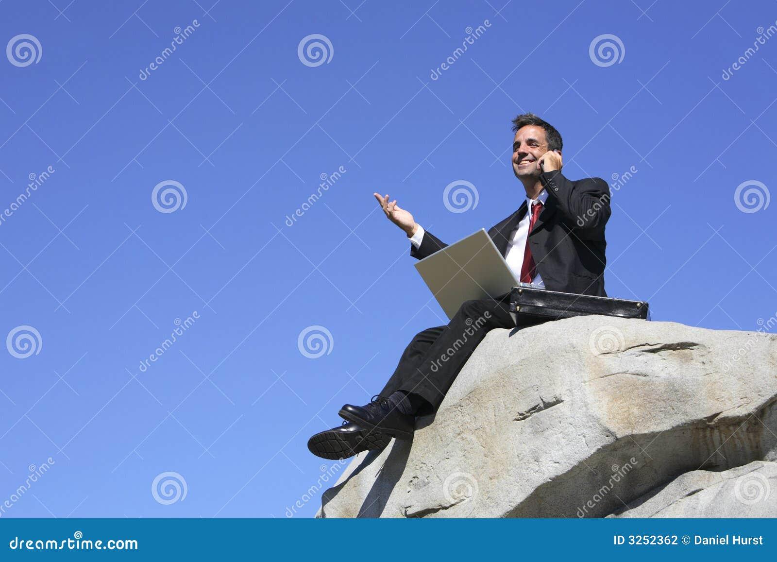 Homme d affaires sur une roche