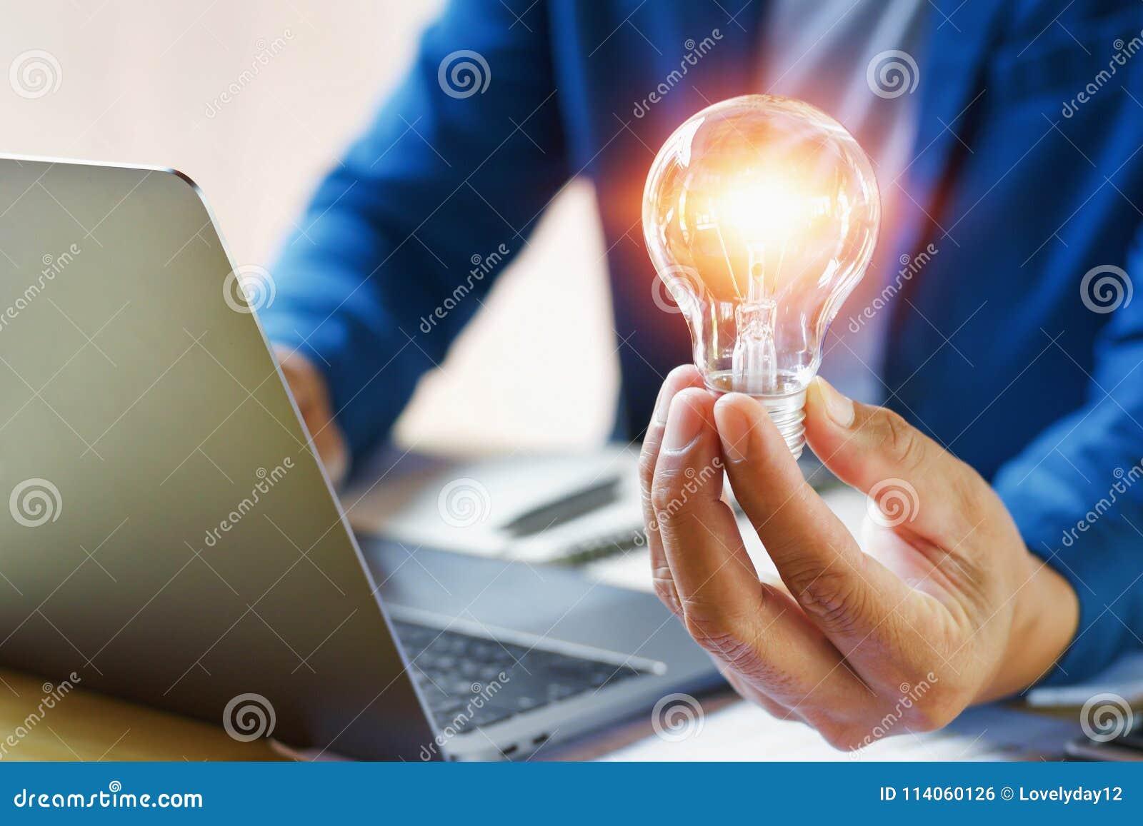 Homme d affaires tenant l ampoule dans le bureau idée créative