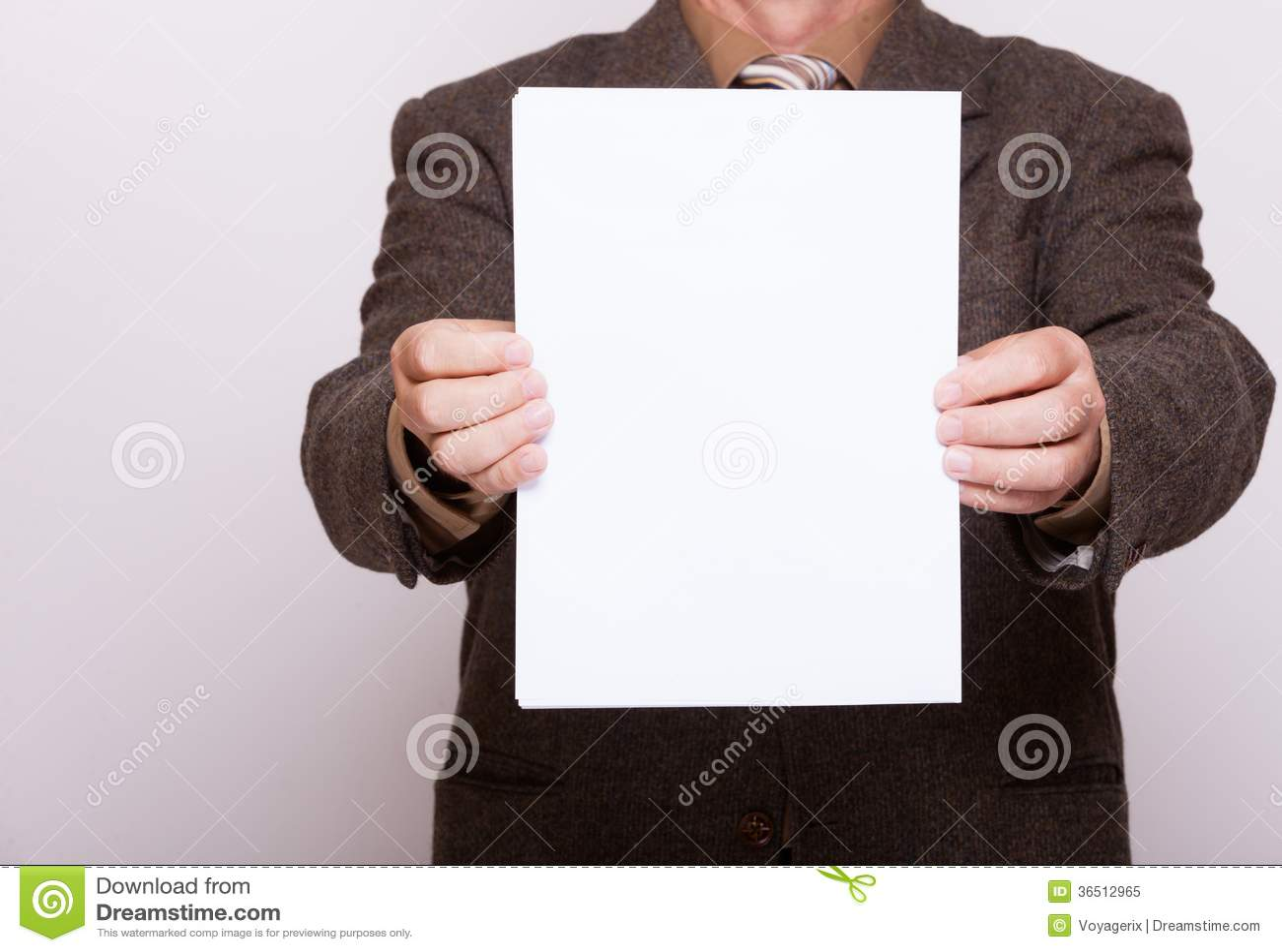 Homme d affaires tenant la page du papier blanche. Concept d affaires.