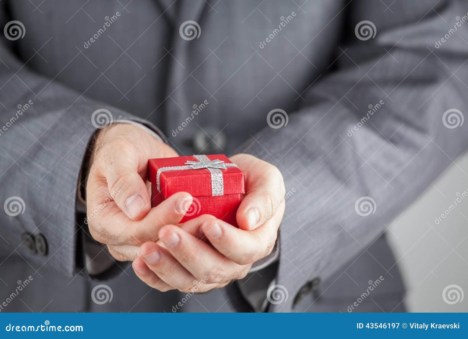 Homme d affaires tenant le boîte-cadeau rouge
