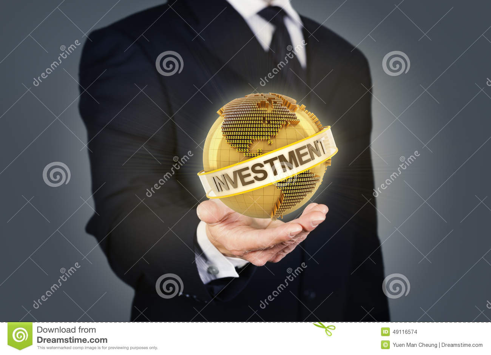 Homme d affaires tenant un globe d or avec l investissement