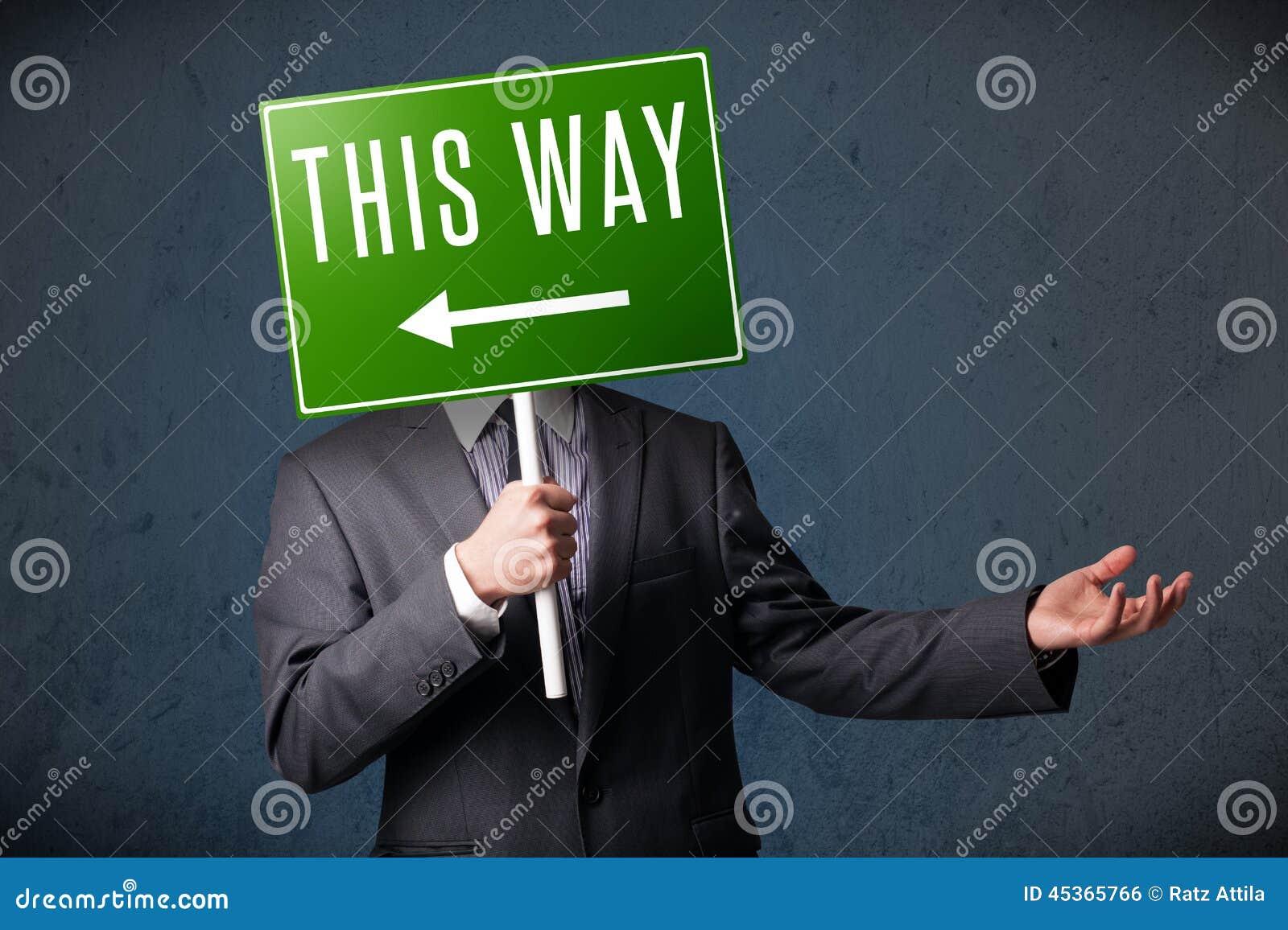 Homme d affaires tenant un signal de direction