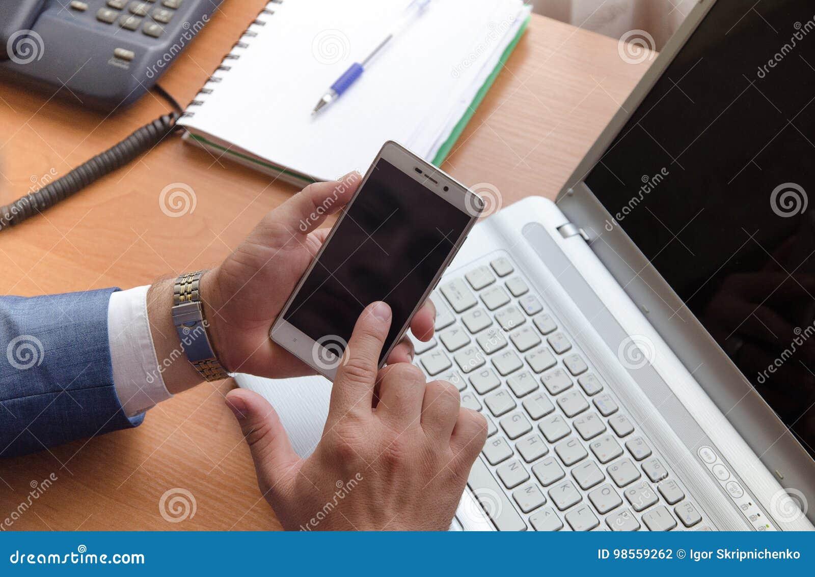 Homme d affaires tenant un smartphone et des contacts son index Mains dans le cadre