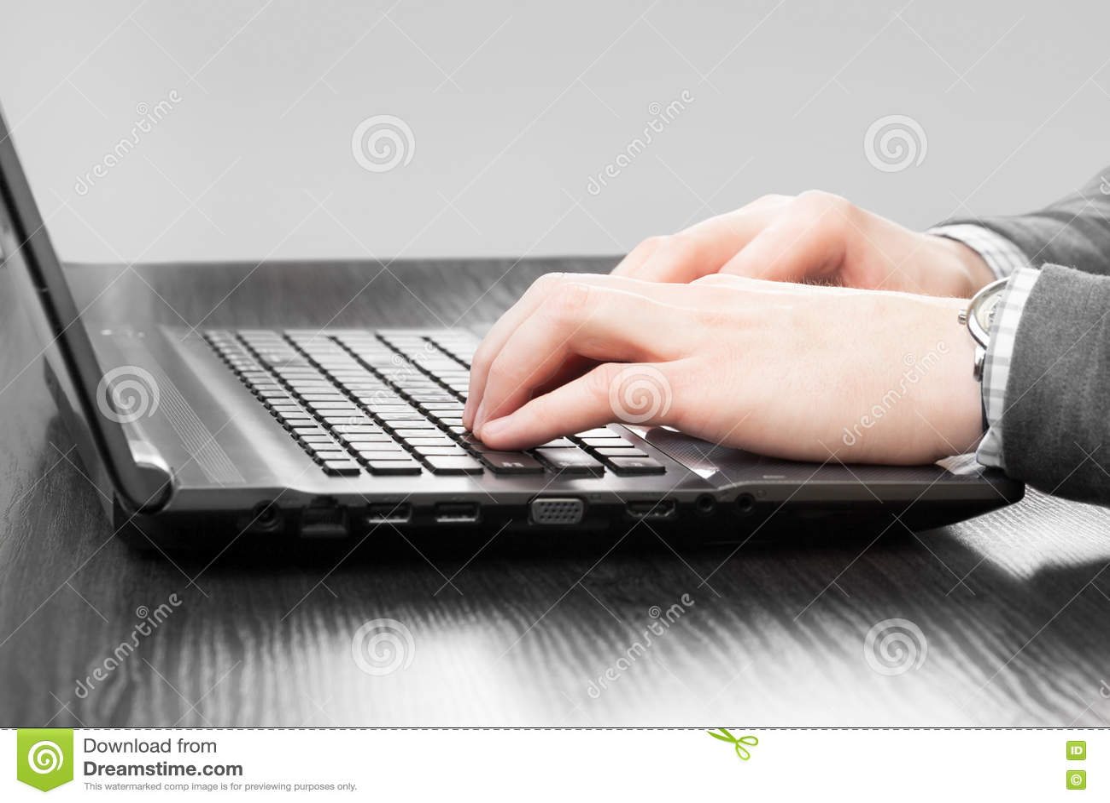 Homme d affaires travaillant à son ordinateur portable