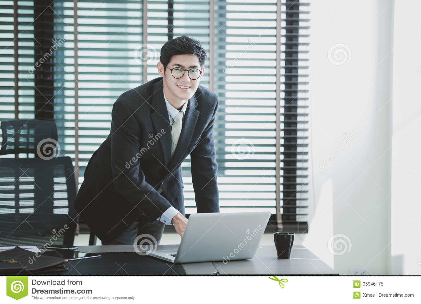 Homme d affaires travaillant au bureau avec l ordinateur portable sur son bureau
